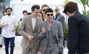 Xavier Dolan (lunettes) entouré de ses amis pour le photocall de Matthias et Maxime, le 23 mai à Cannes.