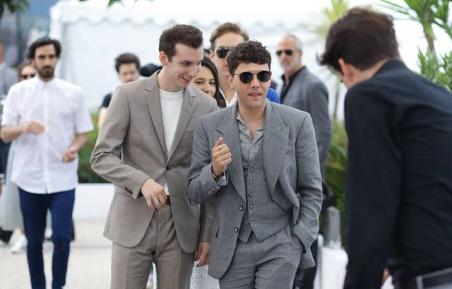 Xavier Dolan (lunettes) entouré de ses amis pour le photocall de Matthias et Maxime, le 23 mai à Cannes