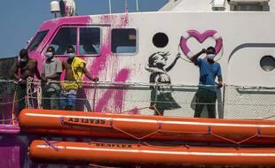Des migrants secourus sur le Louise Michel, le bateau de secours affrété par Banksy.