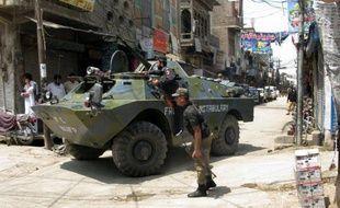Un attentat à la bombe près d'un rassemblement électoral dans le nord-ouest du Pakistan a tué deux personnes dimanche et en a blessé six autres, dont un ancien député candidat aux prochaines élections, a annoncé la police.