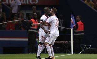 Auteur de l'ouverture du score à Paris, l'attaquant du TFC Max-Alain Gradel est félicité par Alexis Blin, le 19 août au Parc des Princes, en Ligue 1.
