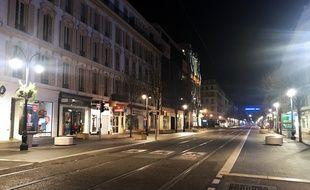 L'avenue Jean-Médecin, à Nice, complètement vide le soir du 21 mars 2020, alors qu'un couvre-feu vient d'être instauré dans le cadre de la lutte contre la propagation du coronavirus