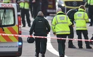 Des policiers près de Westminster après l'attaque meurtrière qui a touché Londres le 22 mars 2017