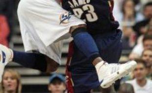 LeBron James, des Cleveland Cavaliers (à droite) à la lutte avec le défenseur des Washington Wizards DeShawn Stevenson, au 1er tour de la phase finale de la NBA, le 30 avril 2007.