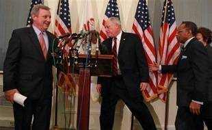 """Le Sénat américain, qui a assoupli la clause protectionniste du plan de relance économique, s'approchait lentement d'un vote jeudi après que le président Barack Obama ait indiqué que """"le moment de discuter"""" était terminé."""