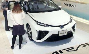 Toyota se lance dans la commercialisation de la voiture à hydrogène avec une berline à pile à combustible baptisée Mirai.