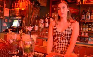 Cathy, la barmaid du Cubanito Café, à Montpellier, et les deux mojitos qu'elle a préparé pour nous.