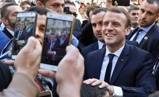 Bain de foule d'Emmanuel Macron à Alger le 6 décembre 2017.