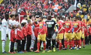 Les joueurs de Lille et du Mans se saluent avant le 32e de finale de coupe de France / AFP PHOTO / JEAN-FRANCOIS MONIER