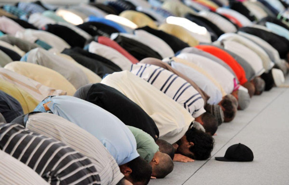 Lors du ramadan, les fidèles se rassemblent pour prier à la mosquée. – P.HERTZOG/AFP