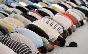 Lors du ramadan, les fidèles se rassemblent pour prier à la mosquée.