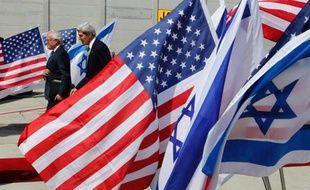 Le secrétaire d'État américain John Kerry et le Premier ministre israélien Benjamin Netanyahu ont entamé dimanche des discussions qui devraient porter sur la Syrie et les négociations israélo-palestiniennes, selon une journaliste de l'AFP accompagnant M. Kerry.