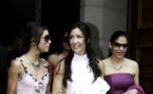 Eva Longoria et ses soeurs, à la sortie de l'hôtel Hyatt, à Paris