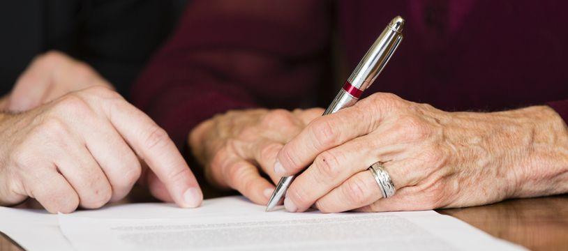 Déclaration de décès, succession, résiliations de contrats... le décès d'un être cher implique de nombreuses démarches.
