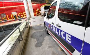 Un véhicule de police devant les urgences du CHU de Nantes.