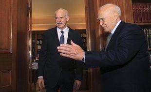 Le président grec, Karolos Papoulias (D), reçoit le Premier ministre, Georges  Papandréou, dans son bureau du palais présidentiel, à Athènes, le 5 novembre 2011.