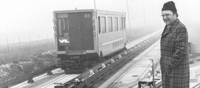 Le secrétaire général de la Communauté urbaine de Lille (CUDL), René Bouet, sur la piste d'essai du métro VAL (prototype), non daté.