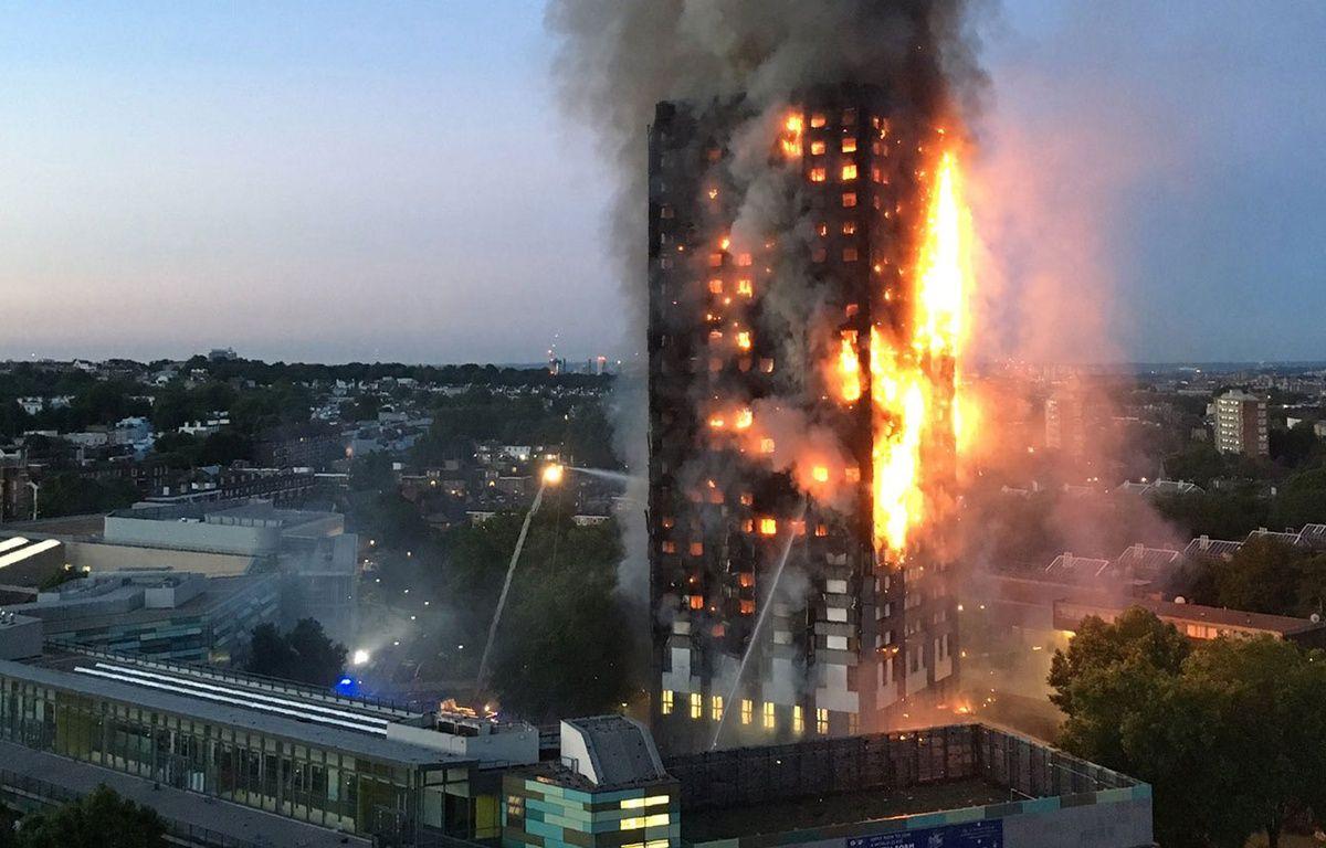 Un gigantesque incendie a ravagé dans la nuit de mardi à mercredi un immeuble d'habitation dans l'ouest de Londres (Royaume-Uni). – Natalie OXFORD / AFP