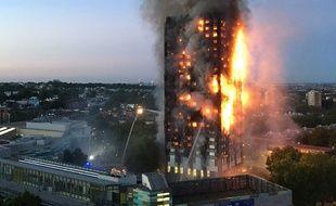 Un gigantesque incendie a ravagé dans la nuit de mardi à mercredi un immeuble d'habitation dans l'ouest de Londres (Royaume-Uni).
