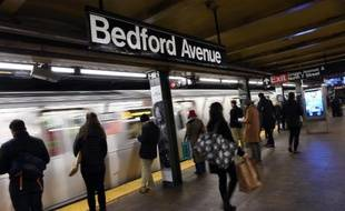 Le métro entre en gare de Bedford Avenue le 22 décembre 2014 à New York