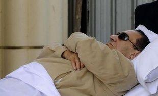 Le président égyptien déchu Hosni Moubarak, emprisonné depuis un peu plus de deux semaines, a été victime d'une attaque cérébrale après une rapide dégradation de son état de santé, ont annoncé mardi les médias d'Etat.