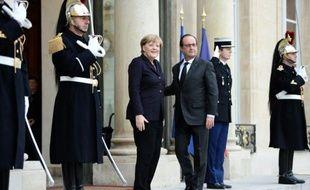 Le président français François Hollande (D) et la chancelière allemande Angela Merkel, le 27 octobre 2015 à l'Elysée à Paris