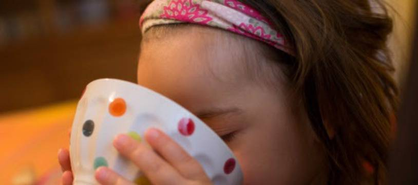 Un enfant prenant son petit-déjeuner - Illustration