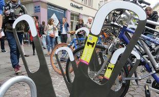 Strasbourg, le 23 juin 2015 - La ville de Strasbourg expérimente de nouveaux arceaux à vélos pour un stationnement massif et inciter les cyclistes à déposer leur vélo quand ils font plusieurs courses en centre-ville.