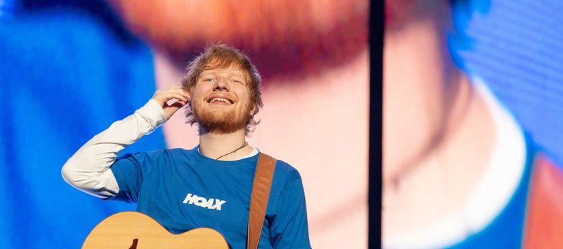 Le chanteur Ed Sheeran sur le scène de Miller Park dans le Wisconsin à Milwaukee