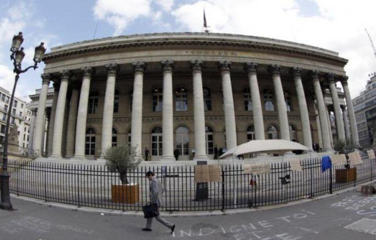 La Bourse de Paris se maintenait en hausse lundi à mi-journée mais marquait une légère pause (+1,56%), dans un marché dopé par l'annonce d'un plan d'aide au secteur bancaire espagnol et rassuré quant à la détermination des Européens à venir au secours de la zone euro. – Patrick Kovarik afp.com