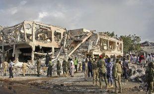 Les autorités recherches des corps dans les décombres d'un des bâtiments détruit dans l'attentat de Mogadiscio