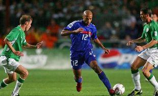 L'attaquant de l'équipe de france Thierry Henry (en bleu), lors du match Irlande - France du 7 septembre 2005.