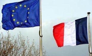 Le drapeau européen et le drapeau français.