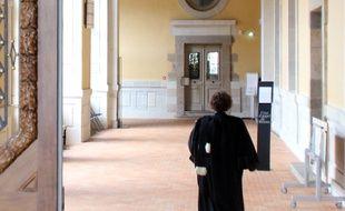 Une avocate marche dans les couloirs de la cour d'assises d'Ille-et-Vilaine, à Rennes.