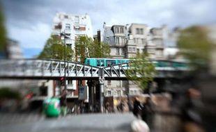 Une rame de metro traversant un pont parisien, le 29 avril 2012