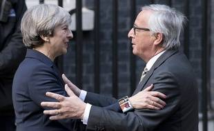 Jean-Claude Juncker et Theresa May devant Downing Street, à Londres, le 26 avril 2017.
