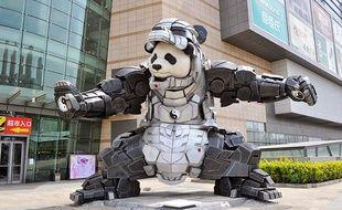 La statue du panda super-héros, vêtu de l'armure d'Iron Man, est exposée à Shengyang (Chine) depuis le 7 mai 2015