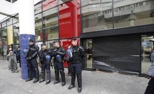 Des gendarmes protègent l'entrée d'un centre commercial à Saint-Denis après une manifestation, le 10 novembre 2014 qui a donné lieu à des débordements