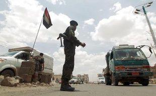 Un soldat yéménite contrôle la circulation à un barrage dans une rue de Sanaa, le 12 mai 2014