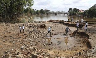 Les habitants de Kochi, dans l'Etat du Kerala en Inde, évaluent les dégâts après les pluies torrentielles.