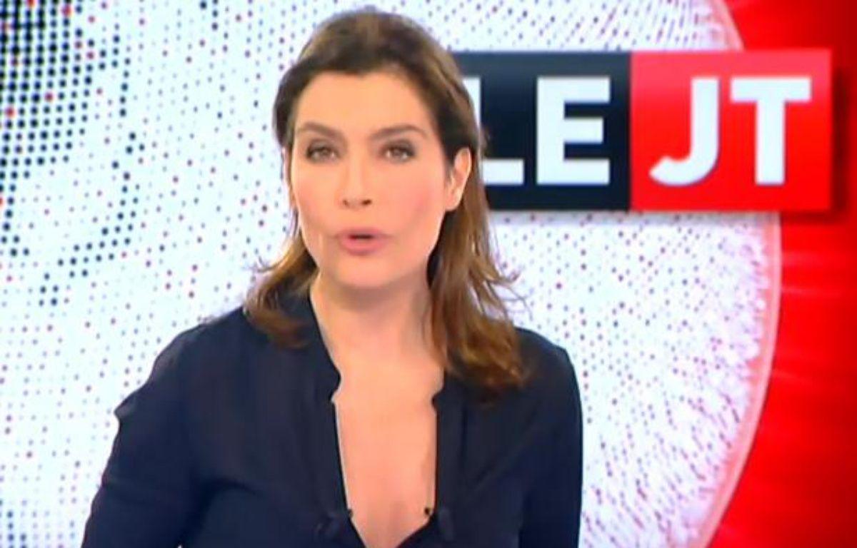 Daphné Roulier présentait les JT du week-end sur Canal+. – Capture Youtube