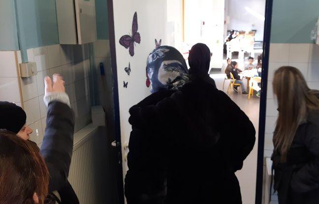 Des mères d'élèves tentent de rentrer en force dans une cantine scolaire, à Marseille.