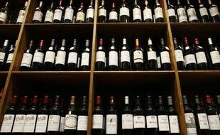 Un rayon de vins de Bordeaux chez un caviste parisien, le 18 septembre 2014