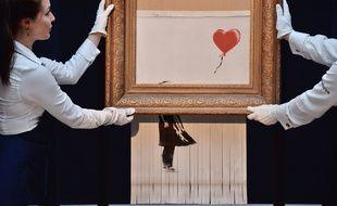 Après son autodestruction, l'œuvre «Girl With a Balloon» de Banksy, retitrée «Love is in the Bin» a été exposée chez Sotheby's à Londres.
