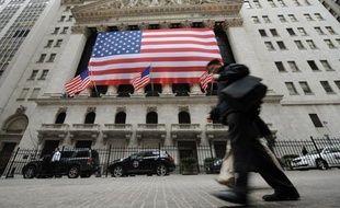 """La croissance économique aux Etats-Unis se poursuit """"à un rythme lent à modéré"""", a estimé la banque centrale du pays (Fed) dans son Livre beige, son rapport de conjoncture publié mercredi."""