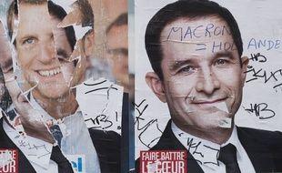 Les deux affiches de campagne d'Emmanuel Macron et de Benoît Hamon, côte-à-côte, le 2 mai 2017 à Paris.