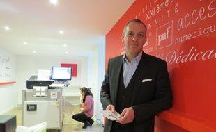 Frédéric Mériot, directeur général des Puf devant l'Espresso book machine, qui permet d'imprimer des livres à la demande.