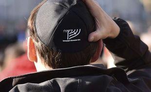 Un jeune homme porte une kippa lors d'une manifestation contre l'antisémitisme à Cologne.