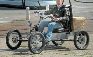 Jean-Michel Ritter et l'un de ses modèles de quad électrique ORA.