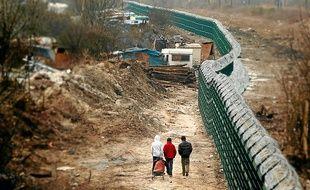 La clôture doit empêcher les Roms de traverser les voies ferrées a Lille Sud.